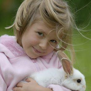 Bambina con coniglio in mano