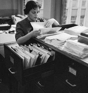 Donna in un archivio