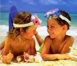 bambini sdraiati sulla sabbia