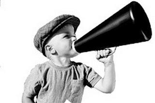 Bambino che urla nel megafono