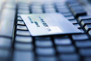 carta di credito sopra una tastiera
